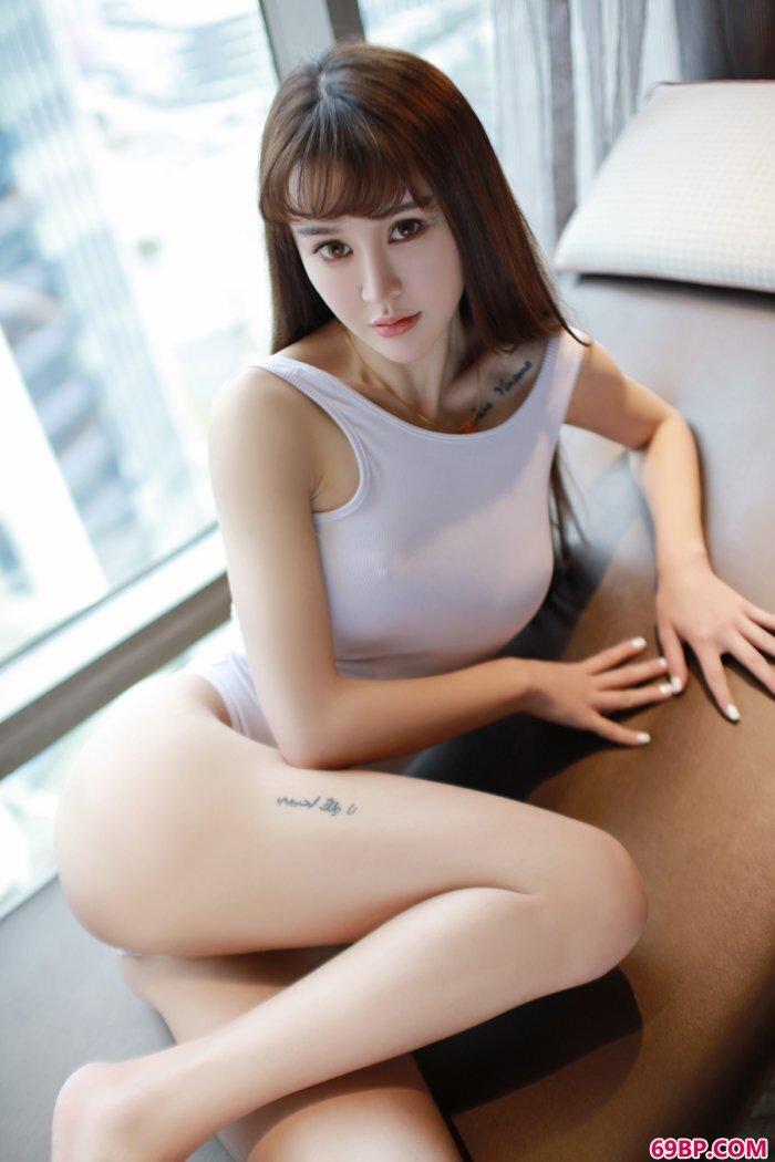 模特青树高叉紧身衣两点若隐若现_汤加丽人体裸写真
