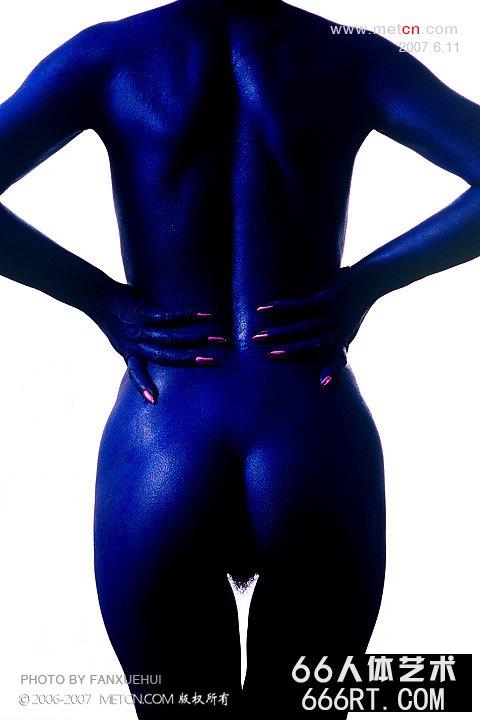涂满蓝色涂料的蓝色人体雕塑_傲蕾人体艺术