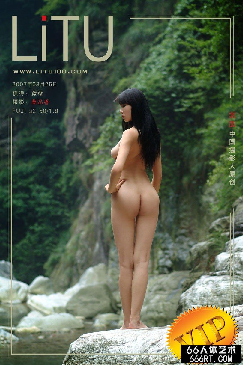 南方嫩模薇薇07年3月25日外拍_厕所偷拍各种白领屙尿