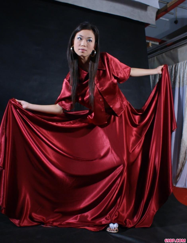 泰国人体艺术图片_裸模迪薇写真棚里的红裙美体