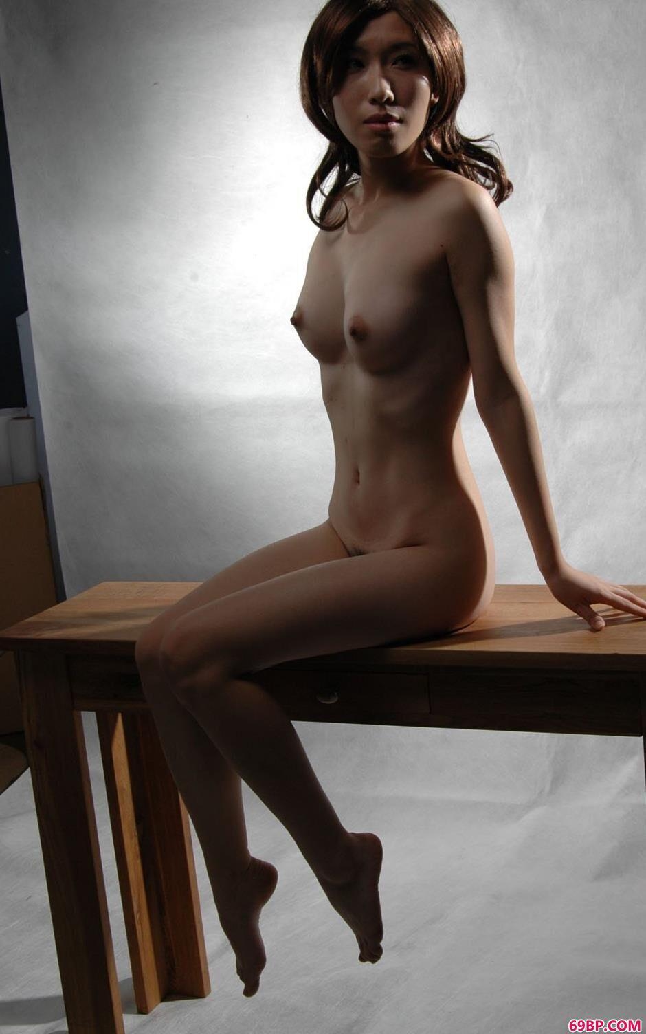 名模绵绵桌子上的诱惑人体,西西西西美女人体艺术