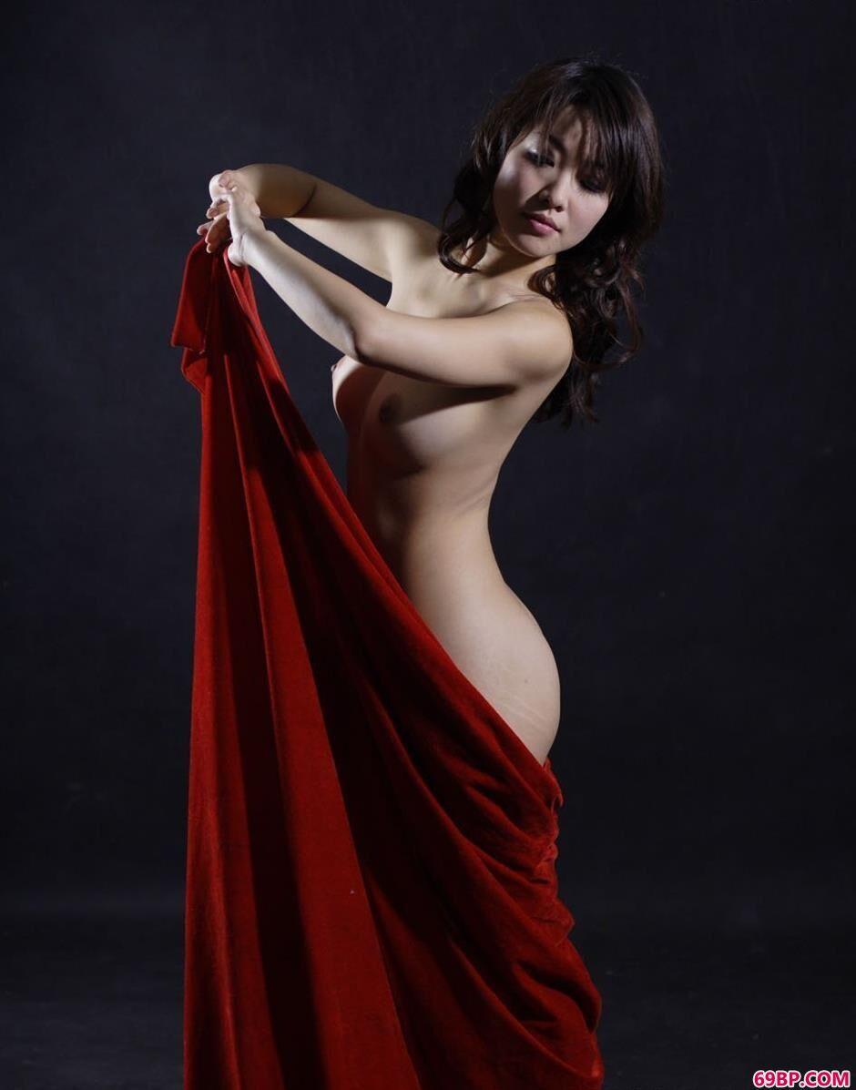 靓妹孙月棚子里的红布美体