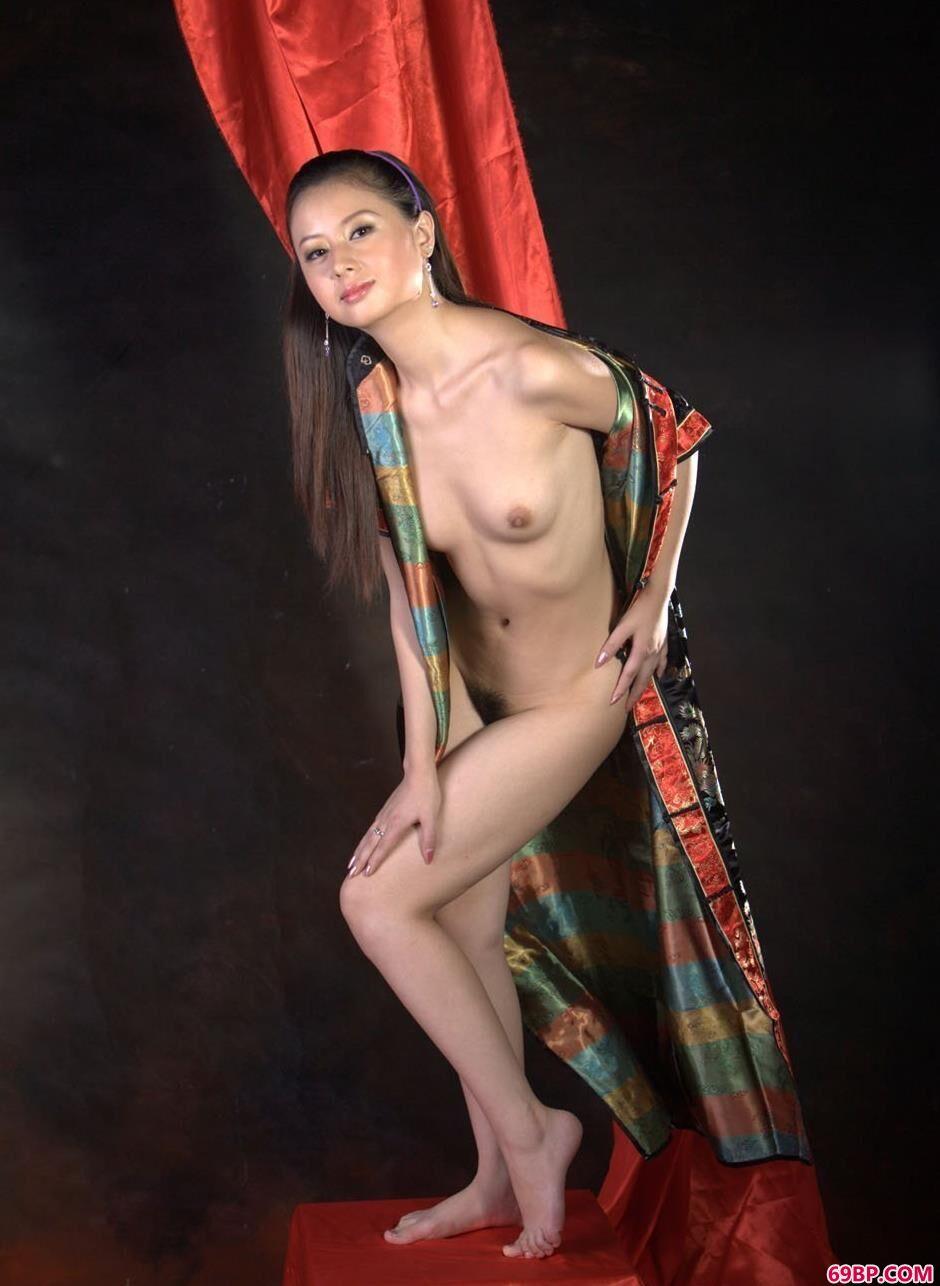 美模娜娜室拍板凳上的撩人美体