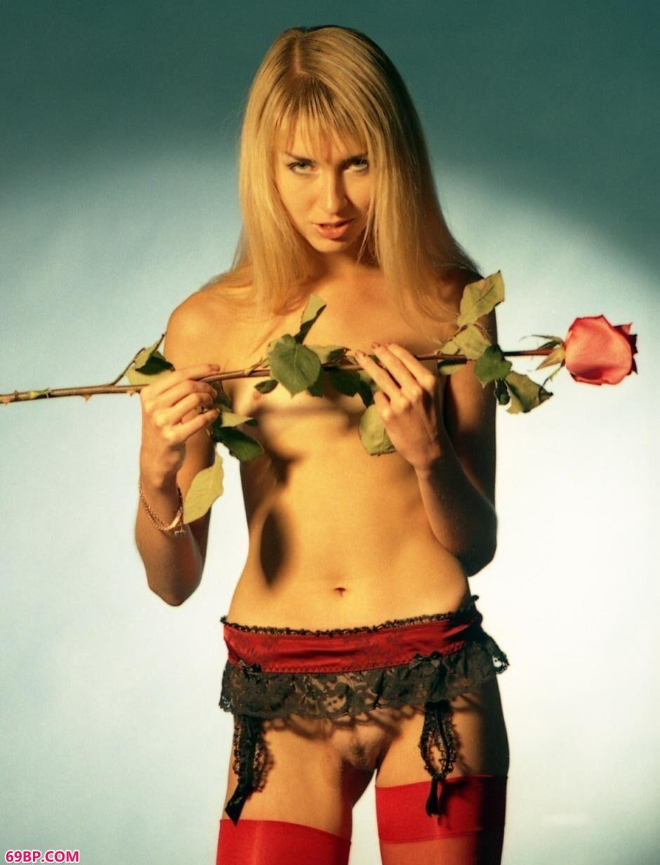 嫩模Tanya室拍玫瑰花人体
