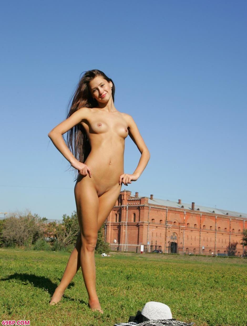 裸模Maria城堡前的勾魂美体