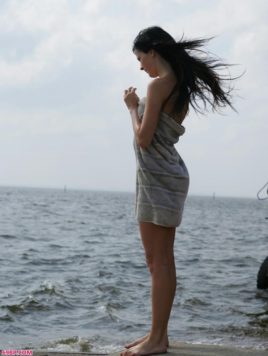 超模Ludmila海边沙滩上的诱惑身材