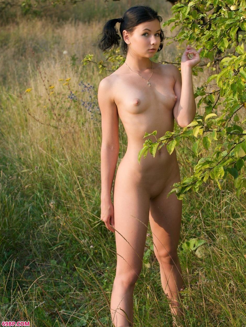裸模玛丽娜Marina果林里的美丽人体