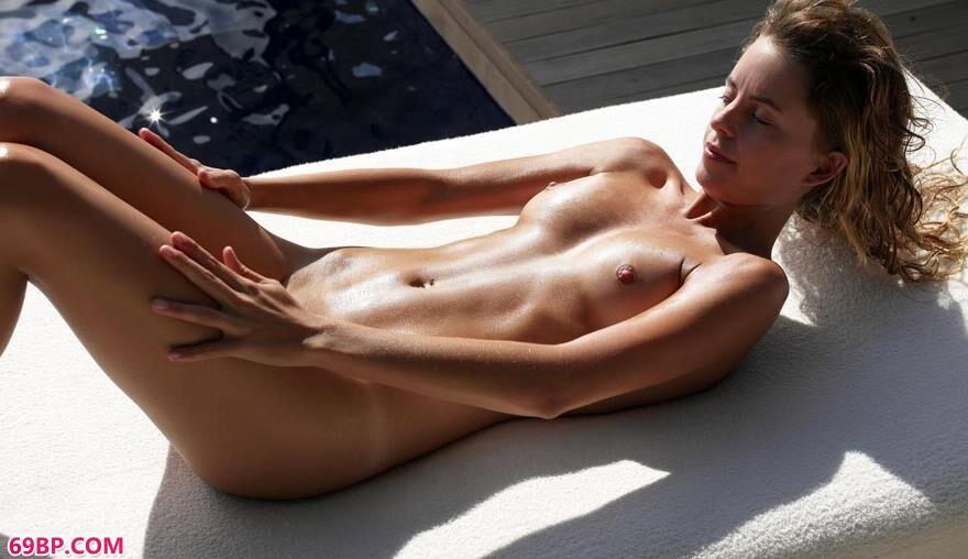 超模玛乔丽海边阳台的日光人体