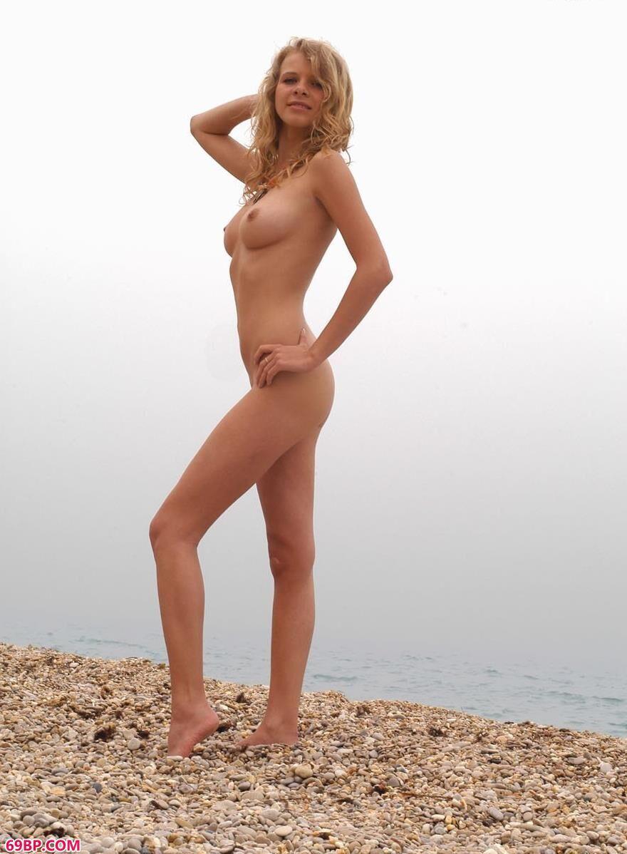 PresentingTashaA嫩模Ethel碎石滩上的人体1