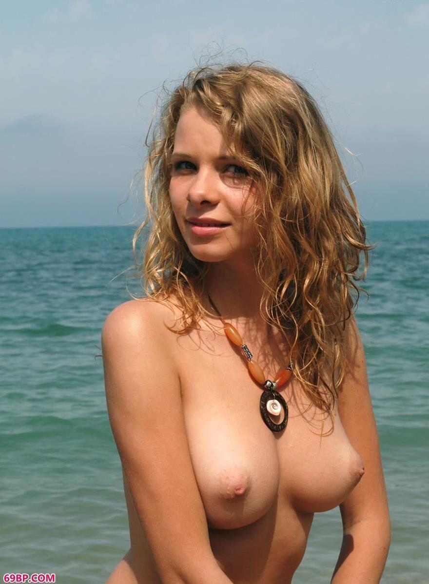 PresentingTashaA嫩模Ethel碎石滩上的人体3
