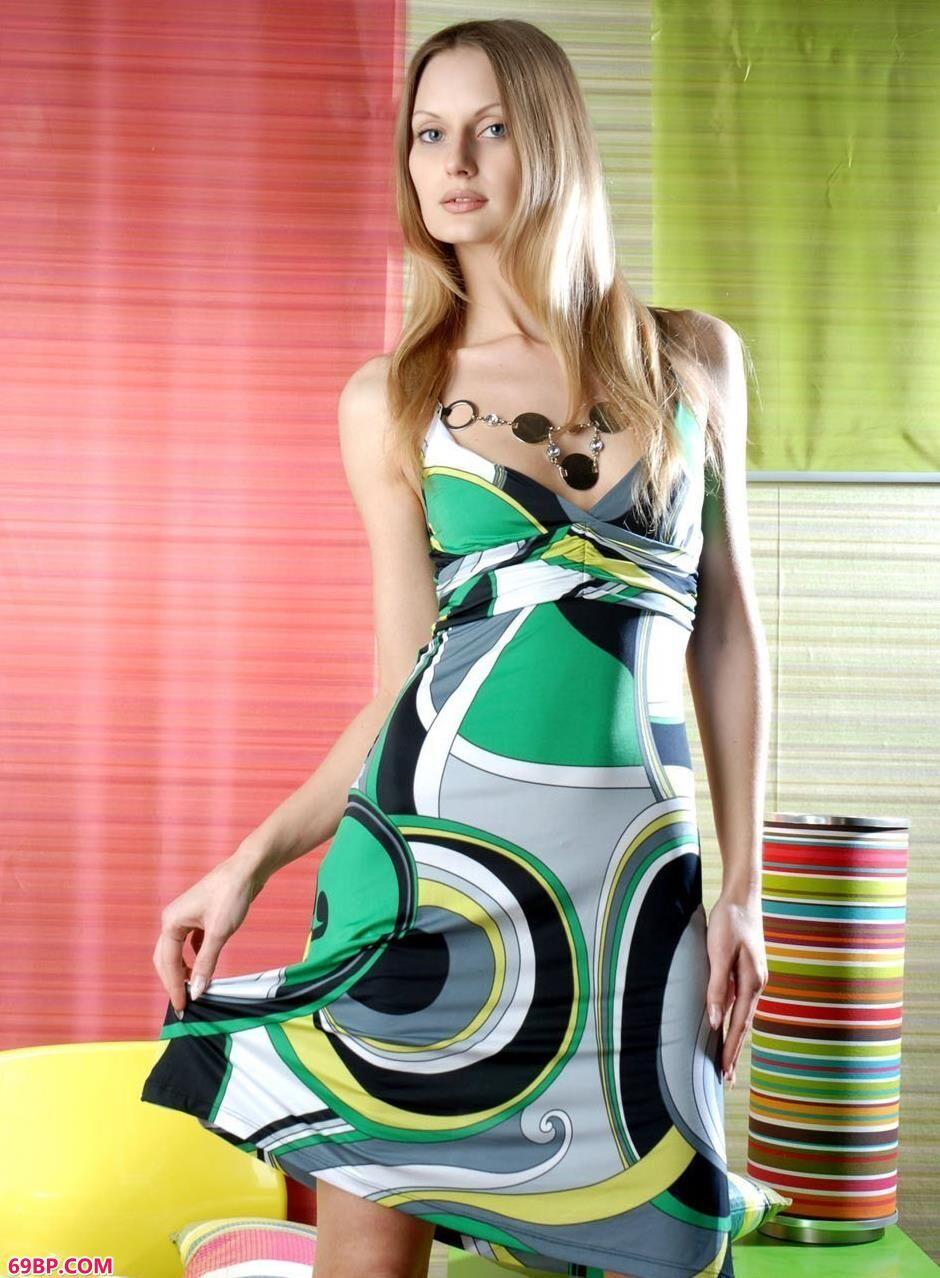 超模Elva房间内的彩色美体