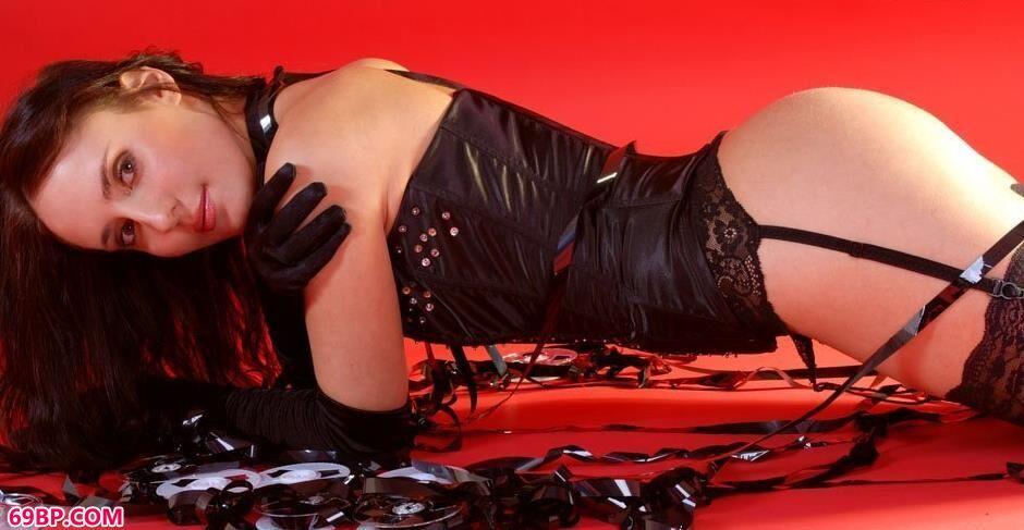裸模阿纳斯塔西Anastasia红色背景棚里的女王人体3_gogo高清全球专业图片