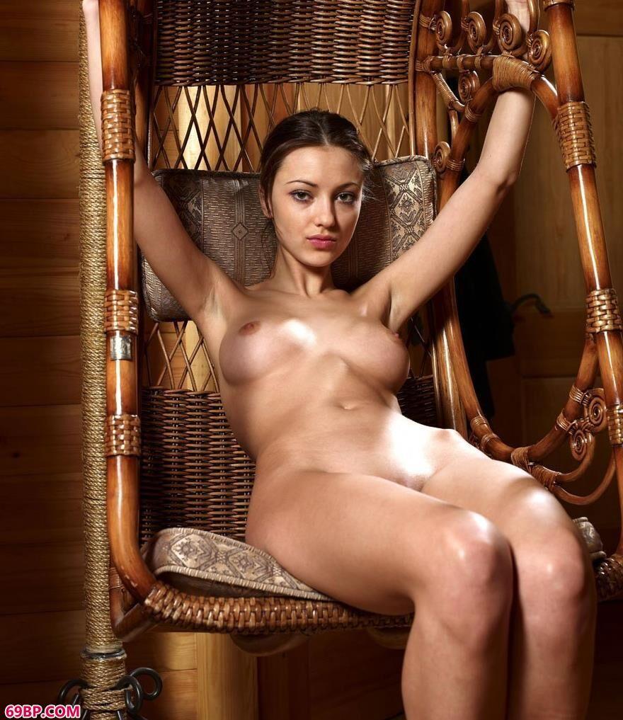 嫩模yoyo藤椅上的大尺度人体