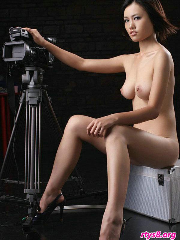 暗影下室拍摆弄图片机的靓丽超模