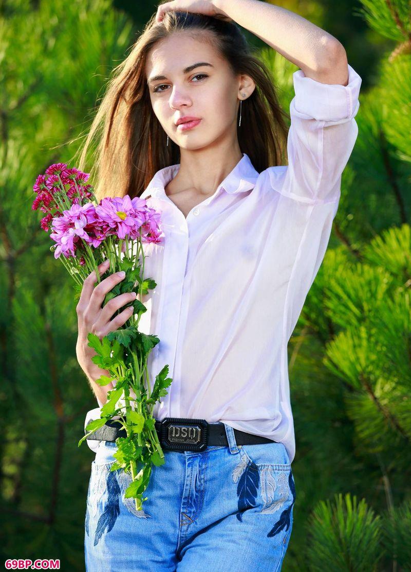 采花的小姑娘Valencia