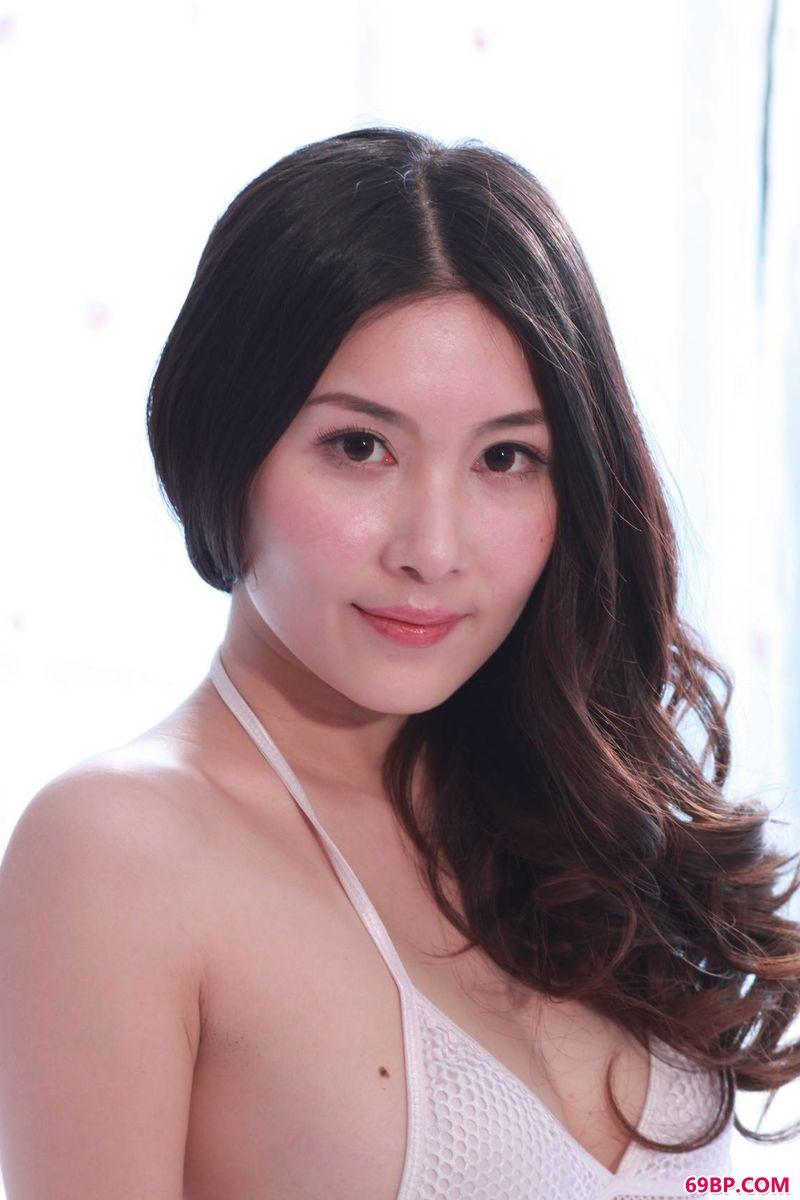 韩国大胆人体艺术_超模张薇干净利落的写真